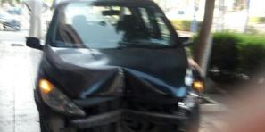 ربي حفظ… سائق سيارة ببني ملال يفقد التحكم على المقود ويصعد فوق الرصيف وعلامة اشهار تمنعه من الاصطدام بمقهى