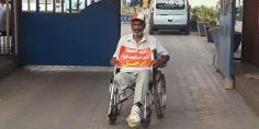"""وتستمر المعاناة … مريض من ذوي الاحتياجات قذفه مستشفى الفقيه بن صالح يحتج أمام المستشفى الجهوي ببني ملال ويرفع شعار """"ارحل"""" في وجه وزير الصحة"""