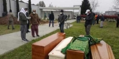 الله يرحمهم… تشييع جثامين مغاربة كانت عالقة بمطار إسطنبول بالمقبرة الإسلامية روتسانو بمدينة ميلانو