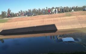 عاجل والسلامة… سقوط سيارة خفيفة في قناة مائية وهكذا نجا صاحبها بأعجوبة وفعاليات تطالب بتسييج المكان -صور حصرية-