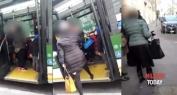 الحكرة… إيطالية تعتدي على مهاجرة محجبة في مشهد أثار ردود افعال غاضبة بين الجالية -فيديو يوثق لحظة الاعتداء-