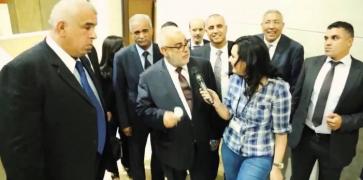 فيديو..صحافية تاتقشب على بن كيران وعطاتو وردة وقالت ليه غانتواحشوك شوفو باش جاوبها!