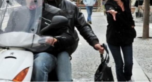 عاجل…بغاو ياكلو عباد الله…لصوص على متن دراجة نارية يسرقون فتاة بالشارع وها اش دارت المسكينة!