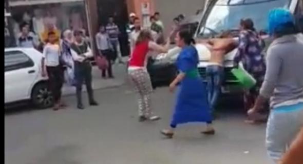 """خطير بالفيديو +18…فتيات ببني ملال """"محايحات"""" فالشارع على الأمن  وإحداهن تنزع ملابسها وتضرب سيارة الشرطة برأسها"""