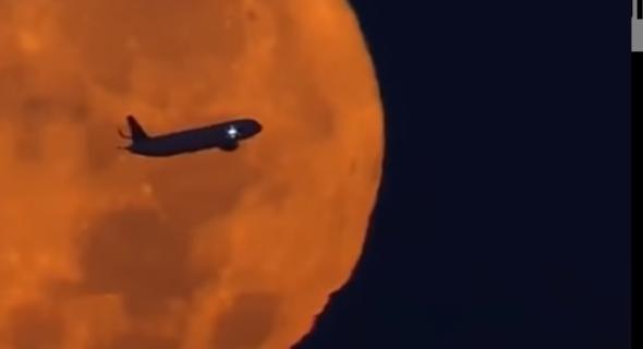 شاهد فيديو رائع لطائرة تخترق القمر العملاق