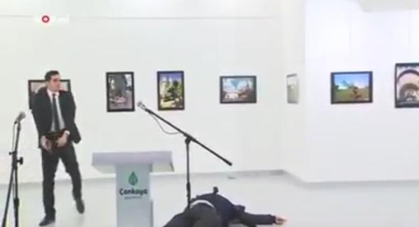 """بالفيديو… شرطي تركي يقتل على بالرصاص الحي على المباشر سفير روسيا بأنقرة بسبب """"حلب"""" السورية"""