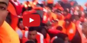 """بالفيديو … """"تاكسي نيوز"""" تنشر لحظات مثيرة من وسط قارب الموت للمهاجرين من بني ملال وضواحيها  أثناء انقاذهم من طرف البحرية وهذا ماقالوه"""