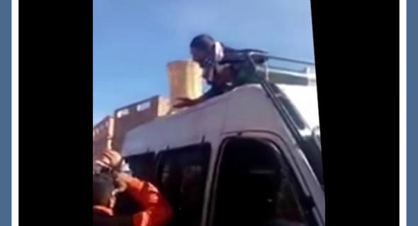 فيديو… بائع جائل يضرب جسده بسكين ويحتج فوق سيارة الأمن