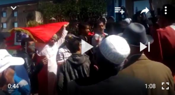 """فضيحة بالفيديو… مواطنين يحتجون أمام ولاية جهة بني ملال على """"الخنز""""  لواد الحار والمسؤولين يرفضون الحوار"""