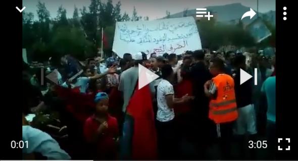 """بالفيديو… أول احتجاج تستحضر فيه ساكنة افورار الخطاب الملكي وتثور على المسؤولين وتصرخ :"""" كلكم معنيون بالخطاب الملكي """""""