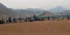 هنا المغرب العميق… فيديو يشعل الفيسبوك لهدف خرافي في دوري لكرة القدم بأعالي جبال أزيلال