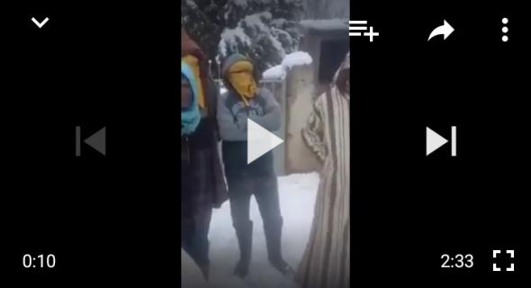"""خرجو كود… أقوى رسالة بالفيديو من سكان الجبل المحاصرين بالثلوج بأزيلال :""""يا ناهبي الذهب والفضة والسمك والفوسفاط التفتوا للفقراء"""""""