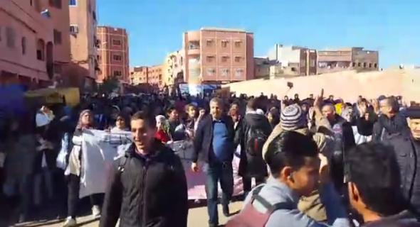 """بالفيديو… تلاميذ وأساتذة العامرية ببني ملال في مسيرة احتجاجية ضد قرار بناء سويقة ويصرخون:"""" هدا عيب هدا عار المدرسة في خطر"""""""