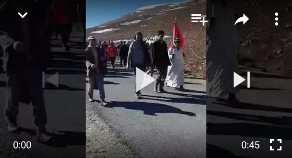 بالفيديو… عصابة إجرامية تخرج الساكنة للاحتجاج ومسيرة على الأقدام تقطع عشرات الكيلومترات