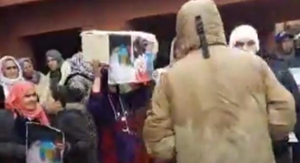 """حقوقيون وأسرة رضيع """"مازوط"""" الاسعاف يرفعون نعشا رمزيا للرضيع ويحتجون أمام المستشفى الجهوي ببني ملال"""
