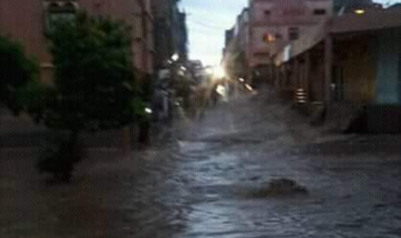 بالفيديو… قصبة تادلة تغرق بمياه الأمطار الغزيرة وفيسبوكيين ينتقدون ضعف المجاري المائية