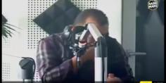 """بالفيديو… مشهد مقرف ومقزز من معلق برنامج راديو مارس على الهواء ونشطاء يعاتبونه :"""" حتارم مشاهديك"""""""
