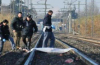 يالطيف… مهاجر مغربي يرمي بنفسه بالسكة الحديدية بايطاليا والقطار يحوله لأشلاء