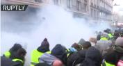 بالفيديو… فرنسا على صفيح ساخن: احتجاجات السترات الصفراء تتواصل وغاز مسيل للدموع يغطي الشوارع
