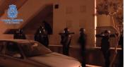 مشا فيها… الأمن الإسباني يستعمل أحدث الأسلحة لمهاجمة منزل مهاجر مغربي وهذا السبب -فيديو العملية-