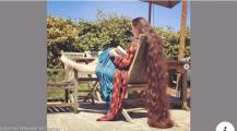 بالصور… شعرها يصل إلى الأرض وطوله لايصدق ولم تغسله منذ 20 عاما