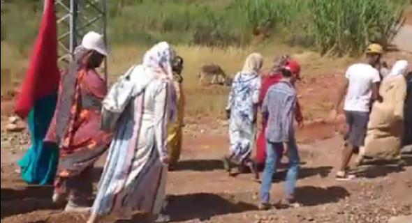 """رغم صوم بعضهن وكبر سنهن… مسيرة مشيا على الأقدام من واويزغت لأزيلال تقودها النساء ضد """"خنز"""" ماء """"الروبيني"""""""