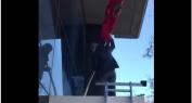 بالفيديو وهدي هي الوطنية ديال لمغاربة… القنصل العام للمغرب بفلنسيا الإسبانية يُعيد العلم الوطني بعد نزعه من طرف مرتزقة البوليساريو