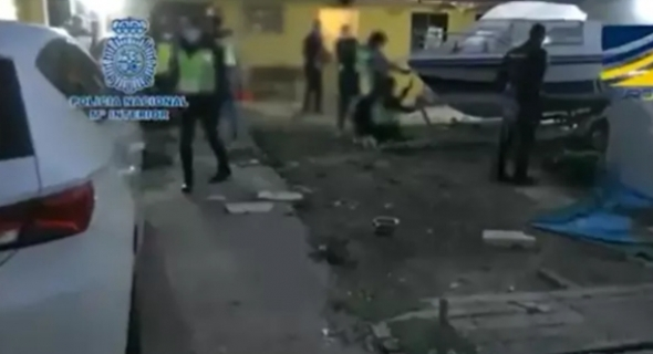 """بالفيديو.. الأمن الاسباني يقود أكبر عملية أمنية ويعتقل 20 شخصا بينهم مغاربة متورطين في عمليات تهريب مهاجرين في قوارب """"الموت"""" بين شمال إفريقيا وإسبانيا"""