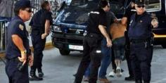 قلب عليها… مهاجر مغربي يشهر سكينا لسرقة إسبانية، فانتقم منه مواطنون إسبان بضربه حتى الإغماء ونقله للمستشفى