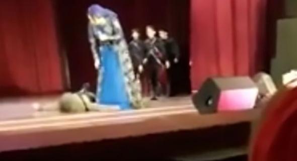 شاهد بالفيديو الموت كم هو قريب… راقص يسقط على المسرح جثة هامدة وسط تصفيق الجمهور