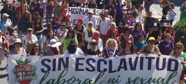 واشوف واسمع اسي يتيم لي كدبتينا فالاول… مسيرة حاشدة للاسبان تدعم العاملات المغربيات ضحايا الاعتداءات الجنسية بالحقول =فيديو=