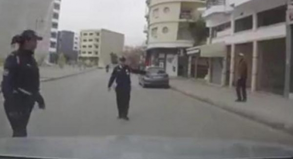 مديرية الأمن تتجاوب سريعا مع الفيديو الذي وثق مخالفة غير صحيحة وهذا ما قررته في حق صاحب السيارة والشرطية