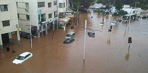 وافينك أعلال لقادوس… أمطار غزيرة تغرق الرباط وسلا وشلل تام في حركة المرور والقطارات والطرامواي