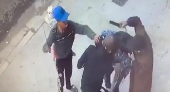 هدشي ولى يخلع!!.. البوليس شدو جوج شفارة تعرضو لتلميذ وشفرو لو التيليفون وقتلوه -بلاغ-
