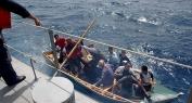 بالفيديو وحاركين بنهار! … لحظات محاصرة الدرك البحري لسلا لقارب يحمل 13 شخص بينهم امرأة كانوا متوجهين في واضح النهار الى الضفة الأوروبية!