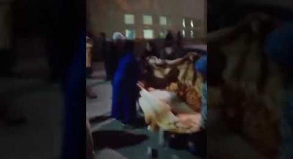 شوهة بالفيديو… مواطنون غاضبون يوثقون ولادة سيدة بالشارع العام وسط موجة استنكار تجاه وزارة الصحة