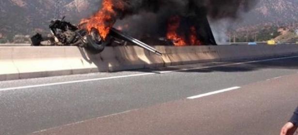 فاجعة بالفيديو… حادثة سير مميتة بين شاحنة وسيارات خفيفة واشتعال النيران بالمركبات بالطريق السيار بين مراكش وأكادير