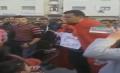 نشطاء يتداولون فيديو لبائع متجول يعرض أسرته للبيع بالشارع والأمن يوضح -فيديو-