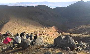 صورة اليوم..صورة معبرة من مسيرة العطش على البغال بأعالي الجبال تجسد جمال الطبيعة وقساوتها  في آن واحد !