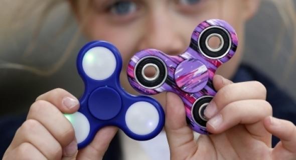 """انتبهوا أيها الاباء… هيئة حكومية أمريكية تحذر من لعبة """"سبينر"""" وتكشف خطرها على الأطفال"""