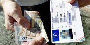 حصلوهم… رخص السياقة المزورة تقود 80 مغربي إلى قضاء إيطاليا