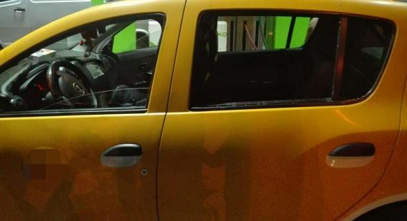 """واش ولات سيبة..شاب """"مقرقب"""" يكسر سيارتين للأجرة الصغيرة ببني ملال ومطالبة القضاء بتشديد العقوبة على المتورطين"""