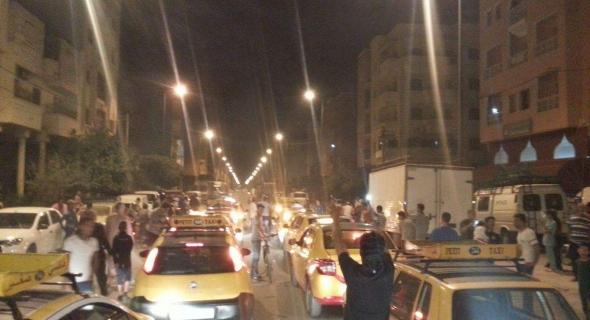 عاجل..عشرات من سيارات الاجرة الصغيرة تنضم الى مسيرة الشموع ببني ملال واستنفار في قوات الأمن