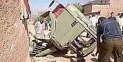 عاجل..انقطاع الفرامل يتسبب في انشطار شاحنة لنقل الرمال إلى اثنين وهكذا نجى سائقها من الموت بأعجوبة