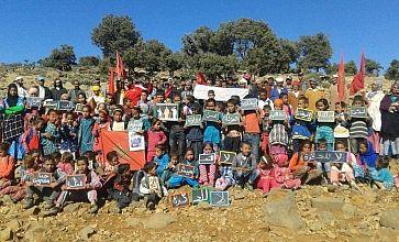 صورة اليوم … مطالب لخصتها ساكنة الجبل بألواح أطفالهم المدرسية