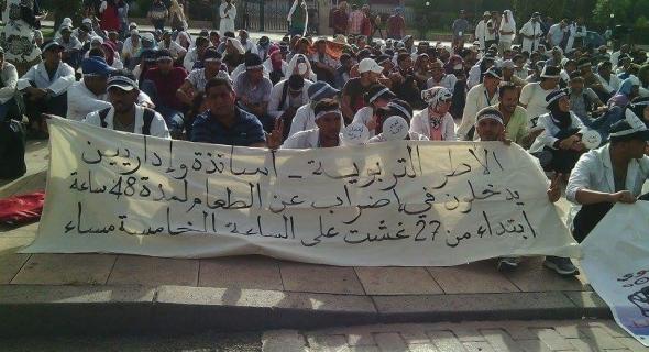 بالصور…القاضي الهيني يضرب عن الطعام امام البرلمان تضامنا مع أطر 10 الاف اطار تربوي