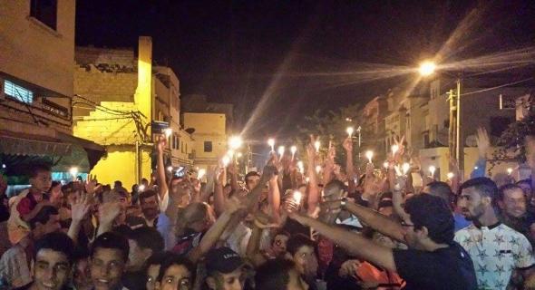 عاجل.مامفاكينش ..مسيرة بالشموع لعدد من ساكنة أحياء بني ملال ومحتجون على غلاء الماء والكهرباء يهددون بالاعتصام