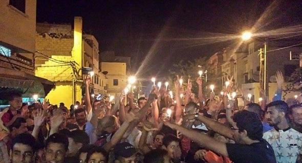"""مواطنون واطفال محرومون من الكهرباء ببني ملال يصرحون لتاكسي نيوز :"""" المسؤولين يضاويو بالتريسينتي وحنا تايقولو لنا ضاويو بالشمع البلدي"""" -وثيقة-"""