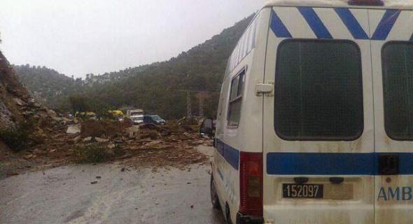 انهيار جزء من جبل يقطع الطريق لساعات ومواطنون عالقون يستغربون طريقة تدخل السلطات-الصور-