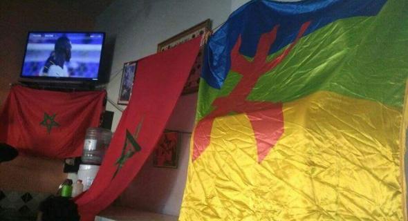 رفع العلم الأمازيغي بمقهى يثير حفيظة عون سلطة وقائد وشباب أمازيغي يستغرب ويتساءل -الصورة-